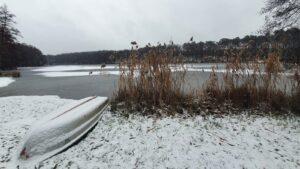 Jezioro Sułek w zimowej odsłonie. Czy przed setkami lat u jego brzegów mieszkali pogańscy Słowianie?