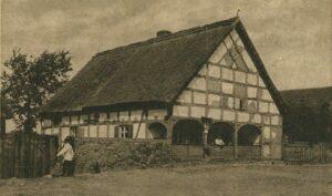 Zabytkowy dom mieszkalny z początków XIX wieku. W roku 2013 pozostałości historycznego budynku przeniesiono do skansenu w Ochli