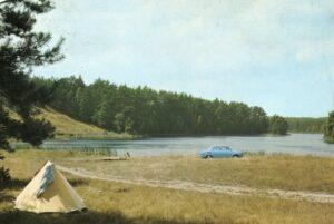 Grzybno w połowie lat 70. Jezioro znane jest nie tylko z czystych wód i pięknych pejzaży, ale i również z corocznych obozów harcerskich