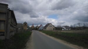 Wjazd do miejscowości od strony Drzecina. W tle neogotycki kościół pw. Niepokalanego Poczęcia NMP